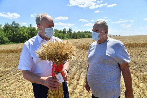 Министр поздравил саратовских аграриев, а губернатор поздравлять не стал